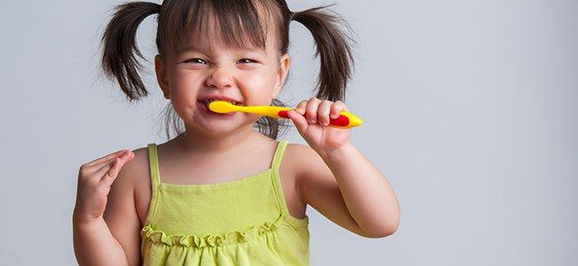 familia y salud dental niña